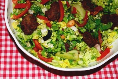 Salata cu mini-chiftelute
