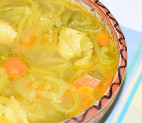 Supă de pui cu turmeric și zucchini
